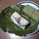 Sushi de maquereau dans feuille de kaki